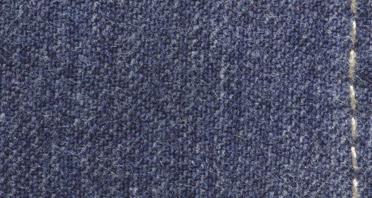 Lava los jeans en agua fría para evitar que el color se desvanezca.