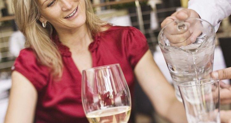 Contrarresta el efecto de deshidratación del alcohol bebiendo agua.