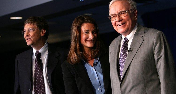 Bill Gates (esq.) e Warren Buffett (dir.) já ocuparam a posição dos homens mais ricos do mundo. No centro, Melinda Gates