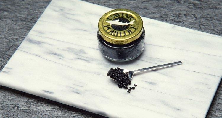 O caviar é vendido e armazenado em recipientes pequenos