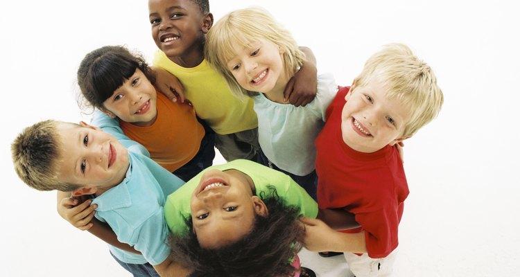 Grupo de niños sonrientes.