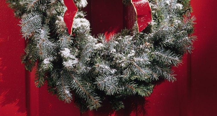 Todos los hogares pueden tener un espacio en donde colgar una corona navideña.