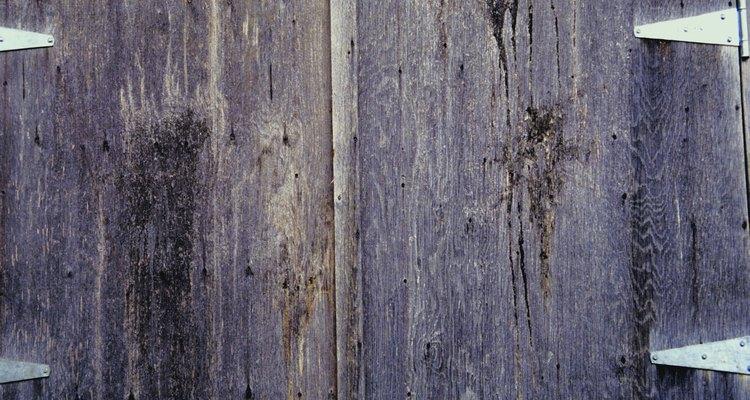 Prueba la puerta y verifica que las bisagras estén ajustadas.