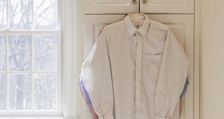 Puedes adaptar fácilmente una camisa abotonada de hombre para que se ajuste a una mujer.