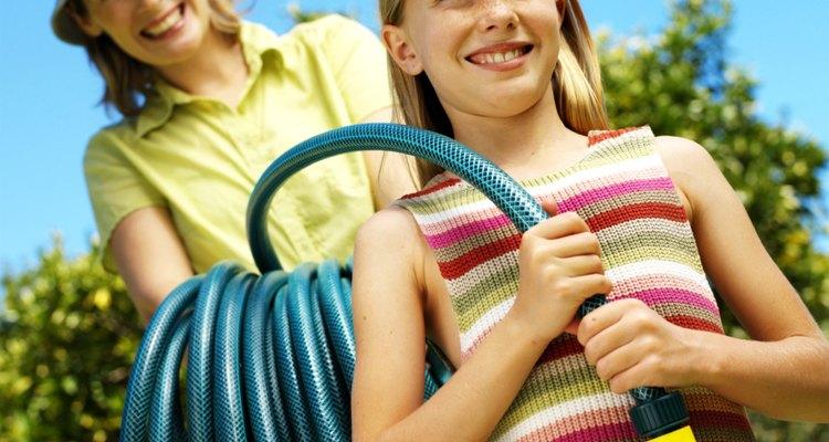 Muéstrale a tu hijo cómo encargarse de las tareas de riego del jardín.