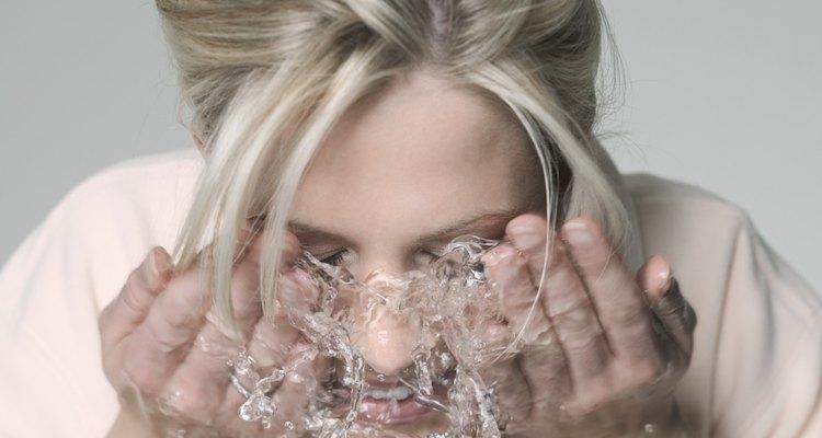 Enjuaga la cara con abundante agua limpia para eliminar todos los rastros de un peeling de ácido láctico.