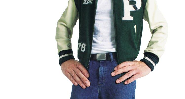 O estilo atleta se complementa com jaquetas e camisas de time