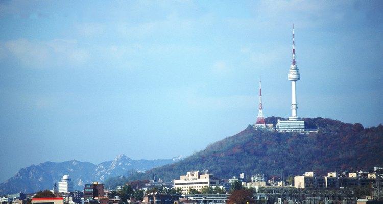 Subir al teleférico junto a la Torre Namsan en Seúl es una experiencia inolvidable, especialmente de noche.