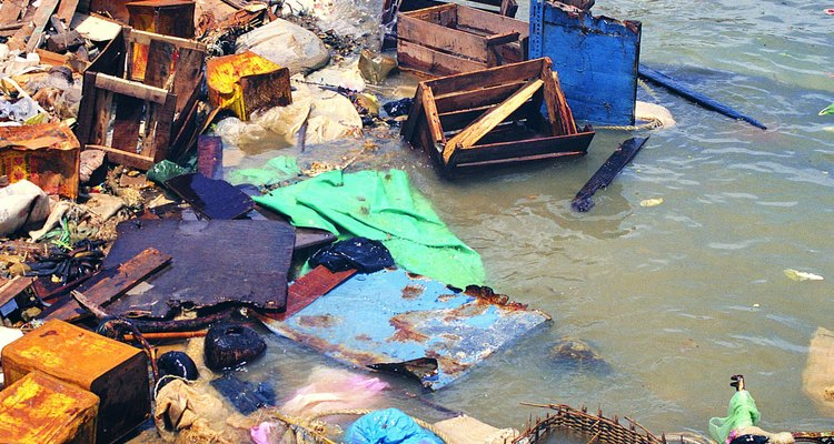 La contaminación arruina playas y el hábitat marino.