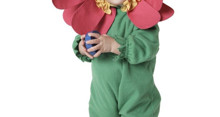 Bebé usando disfraz de flor.