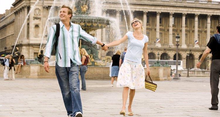 """Casal passeia de mãos dadas na """"Place de la Concorde"""" ou Praça da Concórdia"""