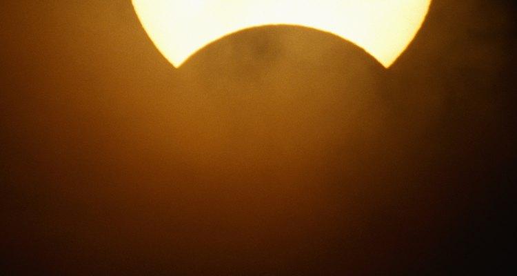 Desde a antiguidade o sol e a lua atraem a atenção e a curiosidade das pessoas