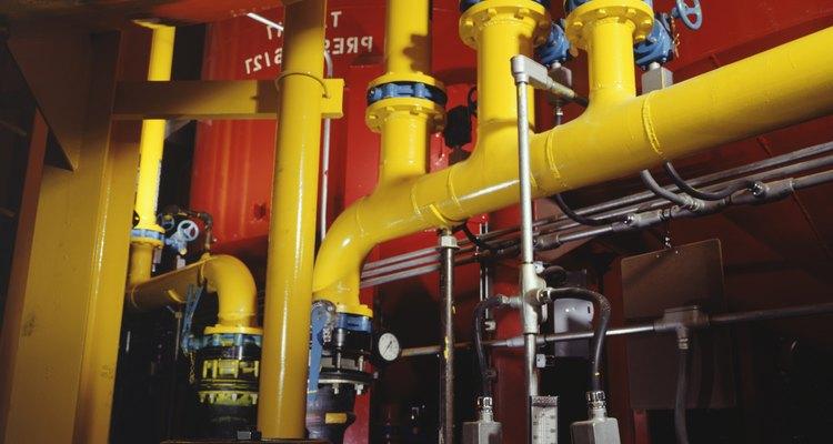 Entre los accesorios de tuberías se incluyen codos, válvulas y soportes para controlar la cantidad y dirección del flujo de agua en un sistema de distribución.