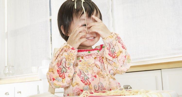 A los niños pequeños les encanta jugar con su comida.
