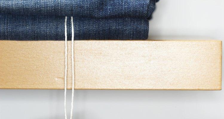 Los pantalones cortos de jean desgastados ofrecen una tendencia de moda de temporada.