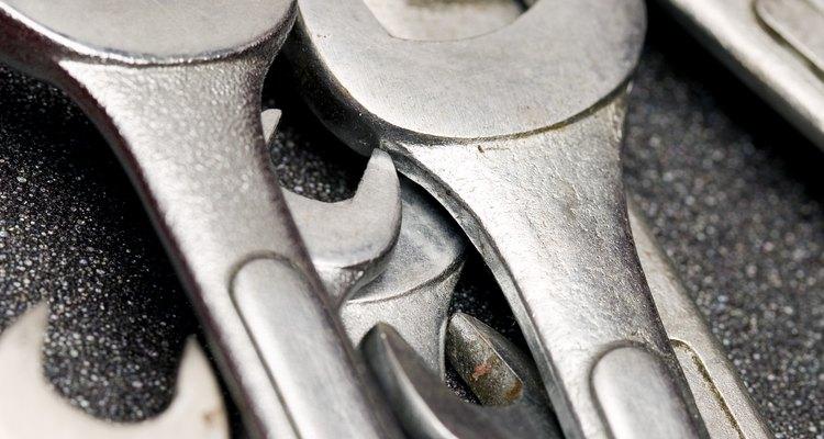 Las llaves de boca ayudan a los mecánicos industriales a ajustar los tornillos de las máquinas.