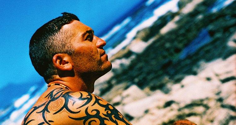 Tatuagens masculinas: geralmente as áreas escolhidas são os braços e costas