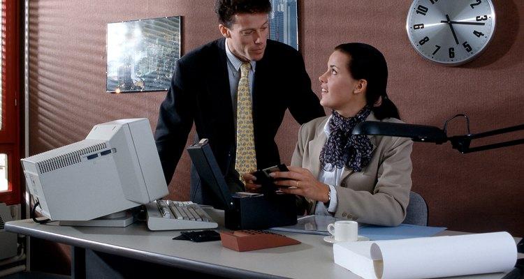 Al darle un regalo a un empleado, es una buena idea evitar los regalos que sean demasiado extravagantes o personales, para no ser mal interpretado como algo mas que un gesto de buena voluntad.