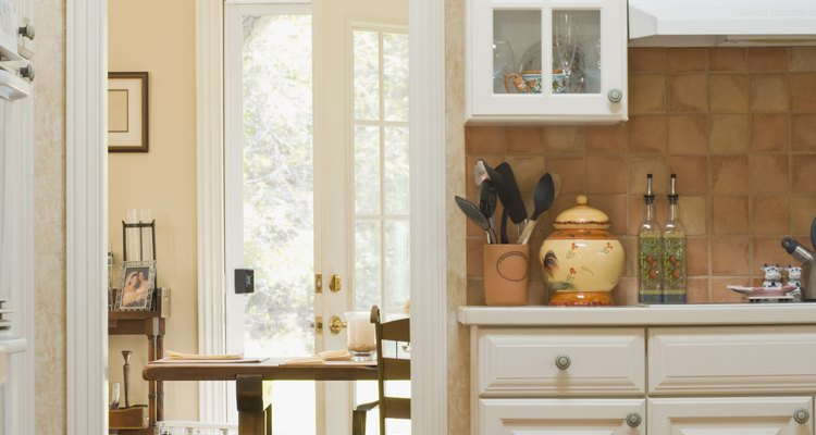 Acomoda los alimentos en alguno de los muebles de la cocina.