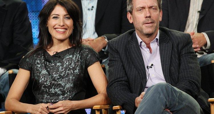 Hugh Laurie muestra su estilo típico junto con su compañera Lisa Edelstein, en una gira de prensa.