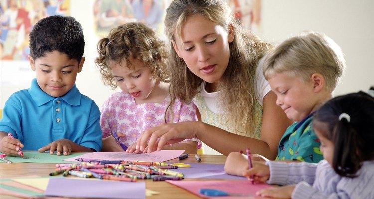 Os alunos participam de atividades em grupo, mas ainda assim devem fazer trabalhos individuais