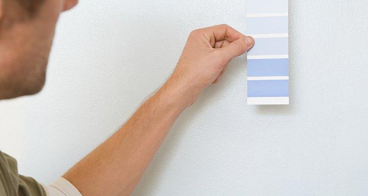 Considera usar un color oscuro en una pared y combinarlo con un tono pálido en las demás paredes.