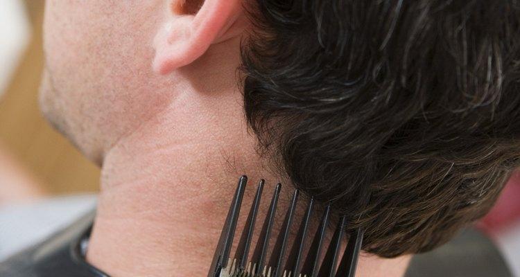 Pídele específicamente al peluquero el corte Pompadour para asegurarte de que los costados no estén demasiado cortos.