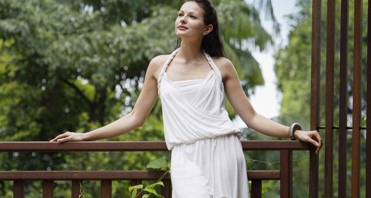 Un vestido blanco requiere una combinación más cuidadosa que tu pequeño vestido negro.
