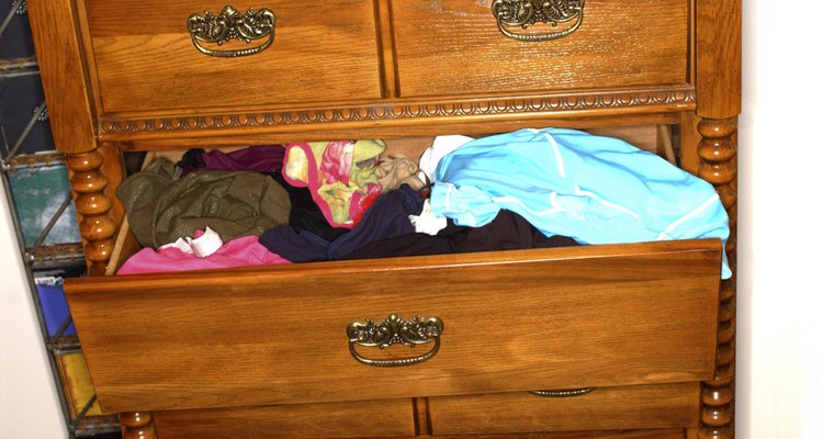 Fuera de temporada la ropa que no uses puedes almacenarla en recipientes de plástico.