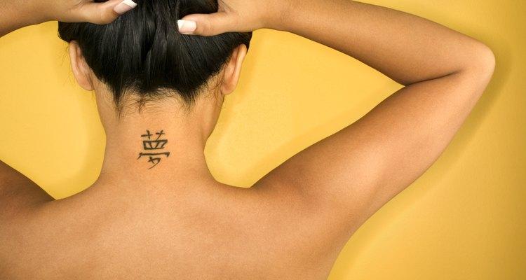 Mulher com tatuagem no pescoço