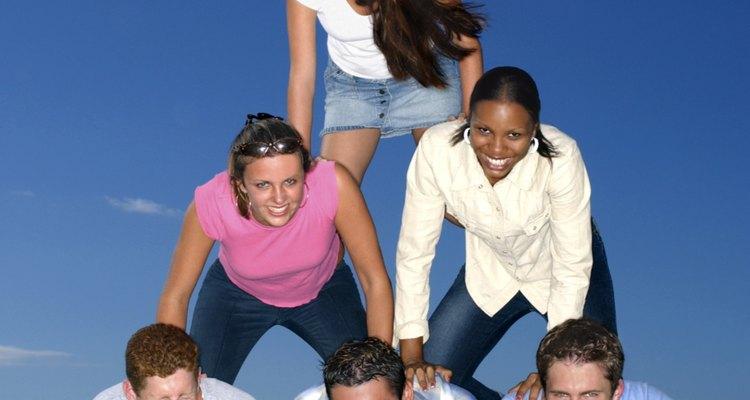 Las pirámides humanas son una oportunidad para la actividad y la creatividad en la clase de gimnasia.