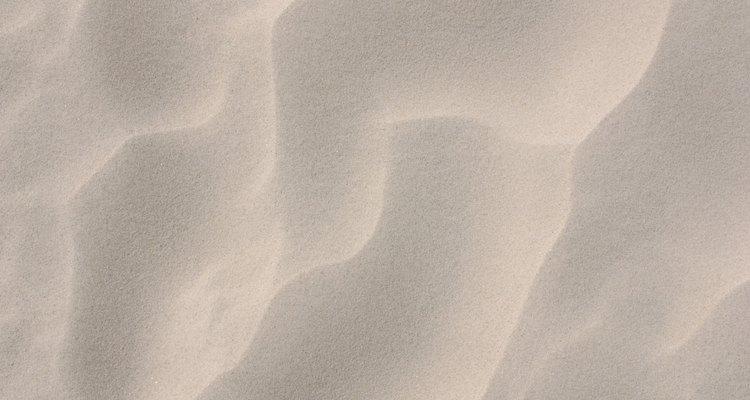 El color arena claro es una gran opción para pintar un pasillo angosto.
