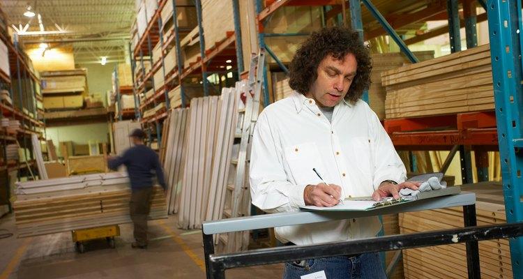 Los asistentes de compra gestionan las ordenes de inventario a medida que avanzan en al empresa.
