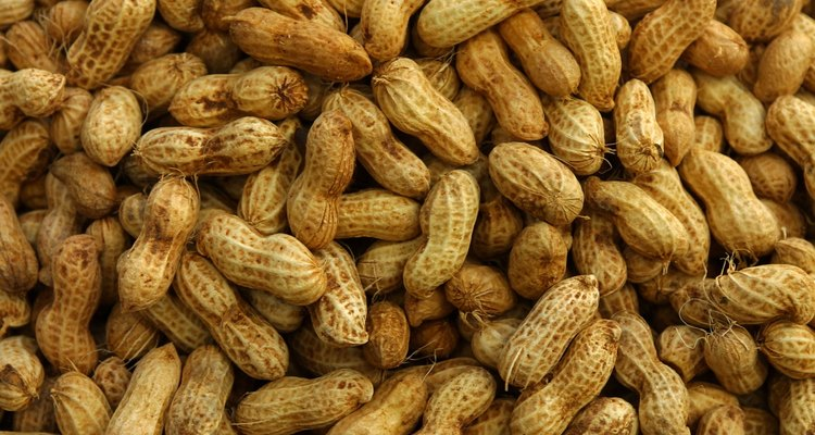 Torre os amendoins com manteiga ou margarina derretida no lugar do óleo de cozinha