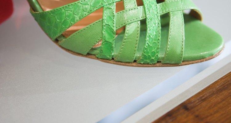Un zapato atrevido puede hacer destacar a un vestido beige.