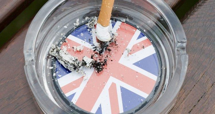 Cinzas de cigarro devem ficar no cinzeiro
