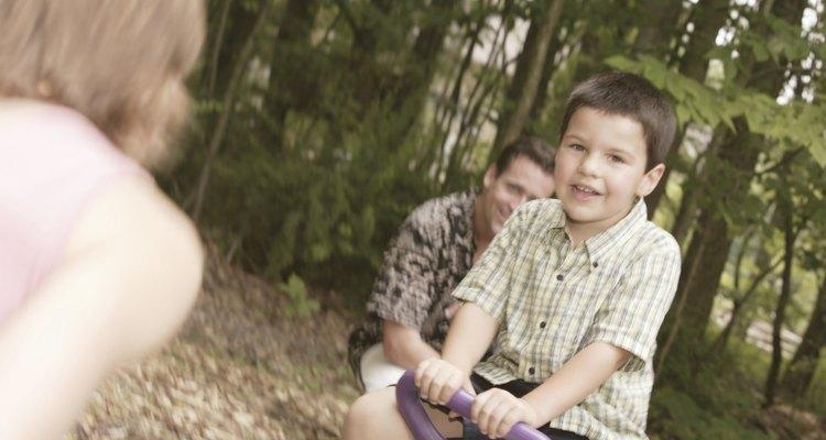 Uma gangorra é um brinquedo popular entre as crianças