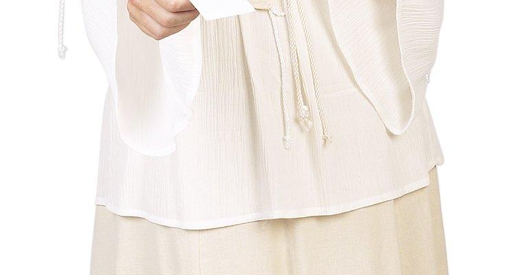 Faça roupas camponesas para uma mulher usando tecidos leves