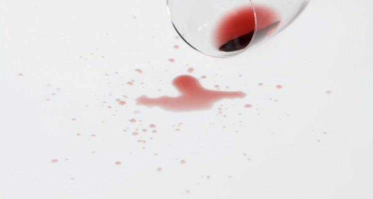 Todo el mundo teme derramar vino tinto en su ropa o manteles de algodón, mayormente porque las manchas oscuras son difíciles de quitar.