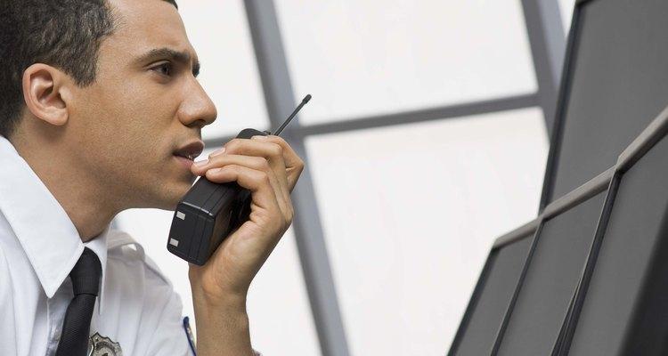 Los guardias de seguridad son responsables de mantener la seguridad de las personas y de las propiedades en un área específica.