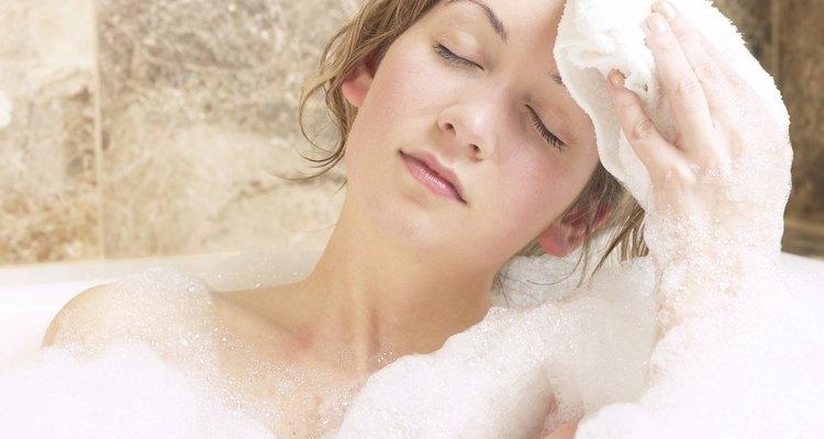 Elimina el exceso de maquillaje de látex con aceite o mantequilla; después enjuaga.