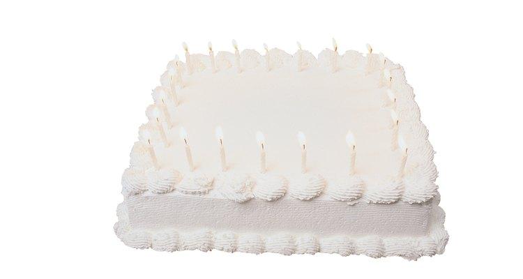 Sirva fatias uniformes de bolo retangular com um planejamento cuidadoso