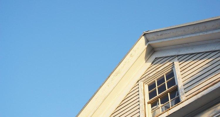 Este es un techo a dos aguas con un paso y pico moderado.
