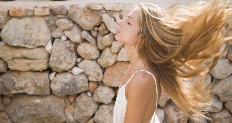 Um cabelo longo e saudável pode ser conseguido com o uso de vaselina
