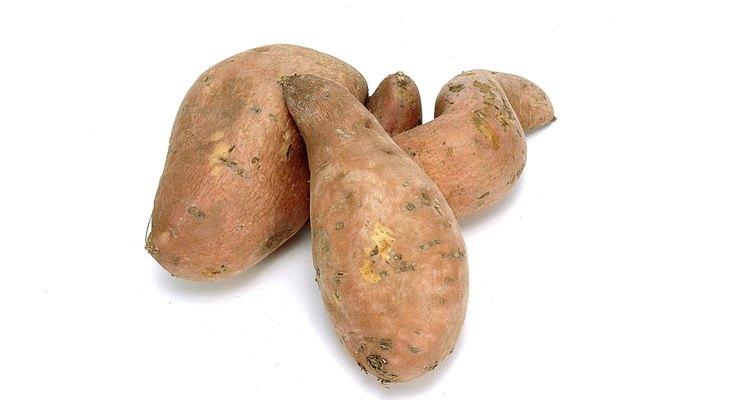 Aunque existen más de 1.000 cultivares de batatas, la mayoría de variedades contienen carne amarilla, naranja y en algunos casos púrpura.