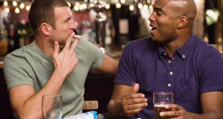 Beber y fumar son los malos hábitos que pueden convertirse en una adicción.