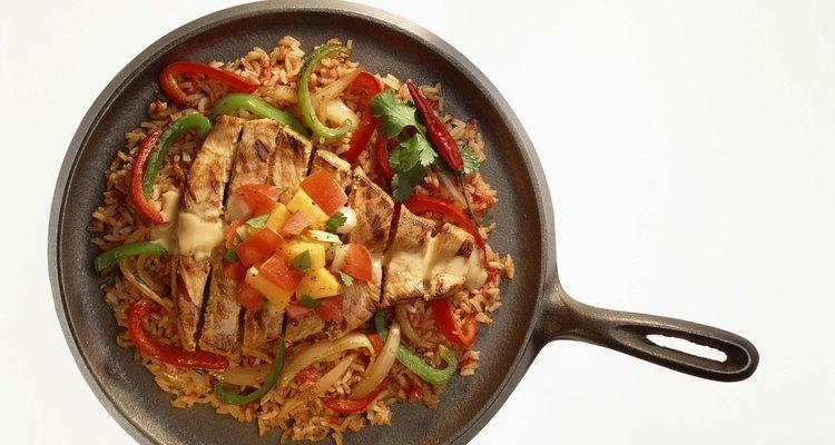 Los mangos añaden un toque ligero y dulce a los platos de cerdo o pollo en sartén.