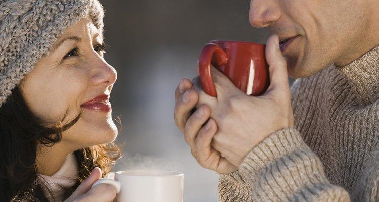 Líquidos quentes umidecem a garganta e ajudam a parar a tosse