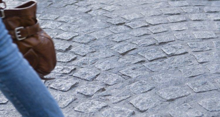 Los adoquines de granito fabricado de cuatro pulgadas  (10 cm) se usan en el norte de Estados Unidos.