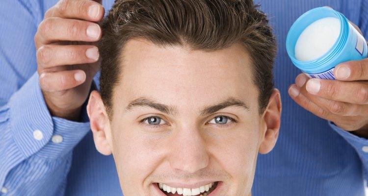 Los geles y pomadas para el cabello ayudan a crear estilos brillantes.